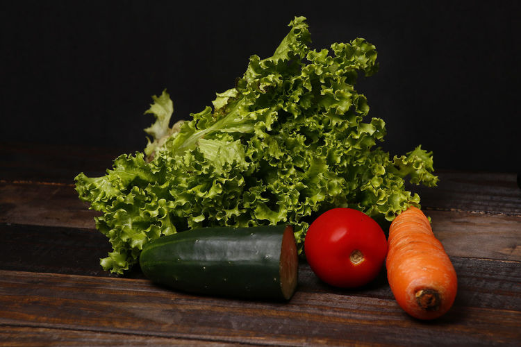 salada Vegetable Food And Drink Food Healthy Eating Freshness Wellbeing Still Life Tomato Raw Food Table No People Indoors  Fruit Green Color Wood - Material Black Background Red Organic Studio Shot Root Vegetable Herb Vegetarian Food Coriander