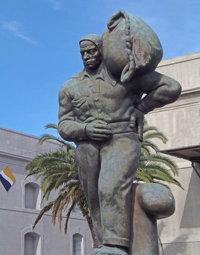 A dockworker statue - Montevideo docks, Montevideo, Uruguay 'Dockie' Montevideo,Uruguay Statue Uruguay♥♥ Carrying A Heavy Load Dockworker Muscular Man Palm Trees ❤❤ This Is Latin America