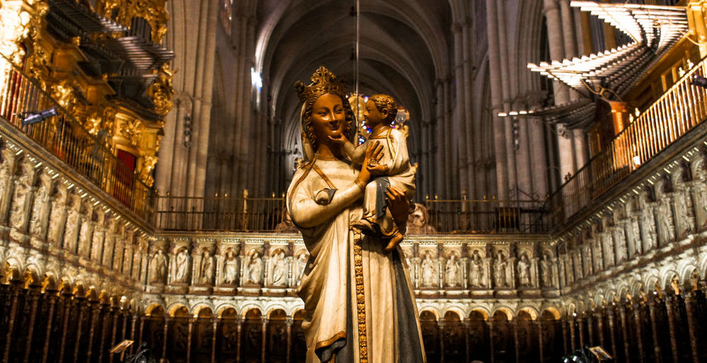 📸: Daniel Nery -- 🌎: Toledo / 🇪🇸 -- 🗓: 2014 -- Statue Sculpture Gold Colored Religion No People Built Structure Spain🇪🇸 Toledo Spain Baby Jesus Virgin Mary With Baby Travel Destinations Trip Photo Trip Tourism Travel EyeEmNewHere Low Angle View