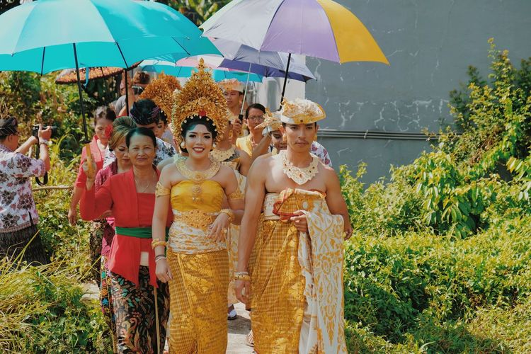 metatah ceremony Balinese Balinesegirl Balinese Life Balinese Women In Ceremonial Costume Ceremony Bali Life Balinese Woman Traditional Clothing Balinese People Summer Friendship Tree Fun Young Women Umbrella EyeEmNewHere A New Beginning This Is Natural Beauty