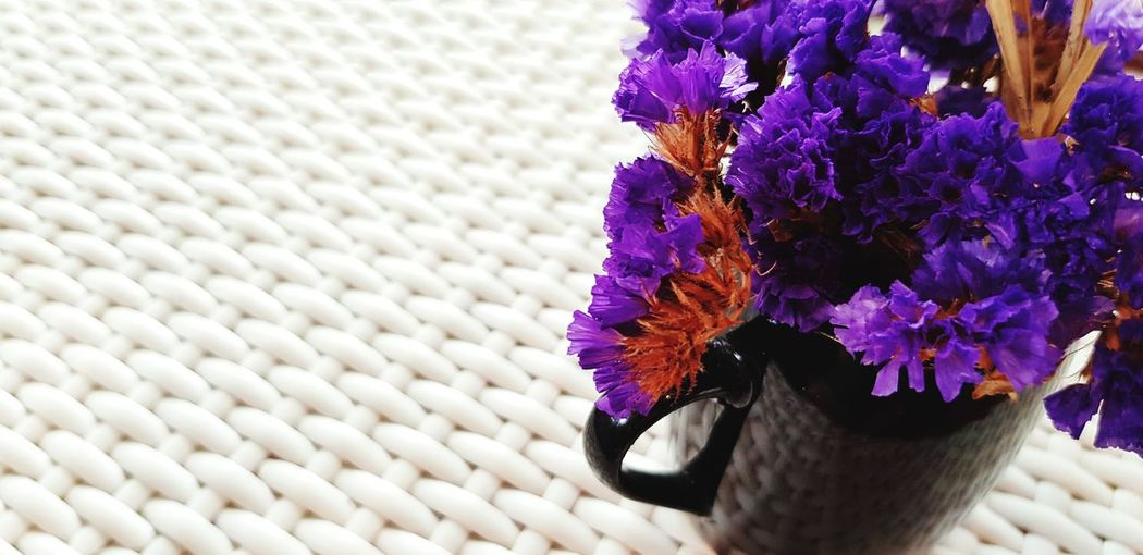 Purple flower in vase with copy space Fresh Beautiful Vase Of Flowers Purple Copy Space Weave Pattern White Violet Black Vase Glass - Material Flower Flower Head Purple Petal Close-up In Bloom Pollen Blooming Blossom Plant Life Daisy