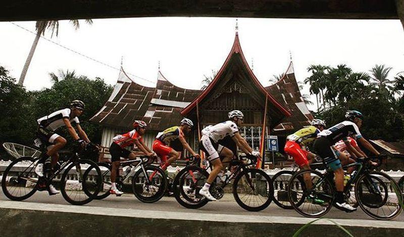 Peserta tour de singkarak melintas di kampung adat desa sijunjung timur,sawahlunto, sumatra barat (5/10/2015). @bni46 Bnitourdesingkarak INDONESIA @yorrifarli @bakkarhabsyi TourDeSingkarak Tourdesingkarak2015 Sumbar_rancak Gowes Cyclingteam Sijunjung Sawahlunto