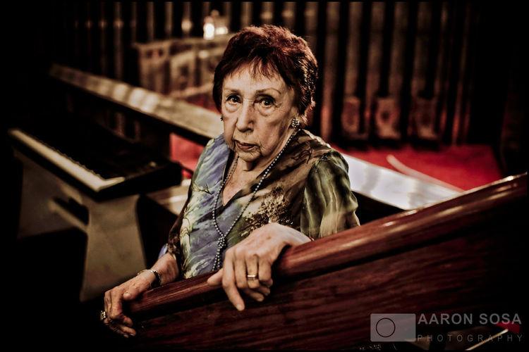 """Serie: Sobreviviente del Holocausto / Holocaust Survivor Sra. Hana Sinek de Morgenstern. """"Ser judío no es ser algo excepcional, pero ser judío significa que debes tener mayor actitud para sobrevivir desgracias y no dejarte vencer. El judaísmo mismo y toda la historia de nuestro pueblo tienen que ser guía para nosotros aquí, sin darnos golpes de pecho y sin ser exagerados. Ser judío es un honor, no debemos olvidar nunca que somos judíos"""". Nació en Praga, entonces Chescoslovaquia, el 31 de marzo de 1922. Siendo aun una adolescente se unió a la resistencia checa. En 1944 fue llevada a Theresienstadt, donde puso en práctica los conocimientos sobre enfermería adquiridos en un curso de la Cruz Roja hecho en Praga. Escapó poco antes de la liberación, volviendo a la capital checa, donde halló a su hermana y estudió Enfermería. Con la llegada del comunismo decidió ir a París, donde conoció a su esposo. Juntos emigraron a Ecuador y pasaron por varios países sudamericanos hasta instalarse definitivamente en Venezuela en 1971. Caracas - Venezuela (Copyright © Aaron Sosa) www.aaronsosaphotography.com www.aaronsosablog.com Venezuela Colors Photography Assignments Taking Photos Caracas Light And Shadow Portrait Judios Holocaust"""
