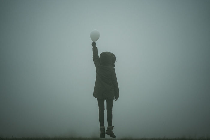 Adult Adults Only Balloon Balloons Day Fliying Foggy Foggy Morning Foggy Weather Full Length Girl Golf Holding Human Body Part Jump Jumping Men Minimalism Minimalobsession Nature One Man Only One Person Outdoors Sky White Balloons