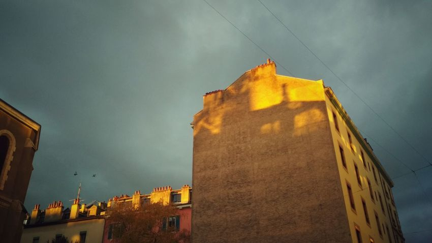 Stormy Building Exterior City Sky Streetphotography EyeEm Outdoors Shadows & Lights City Life Sunlight Architecture