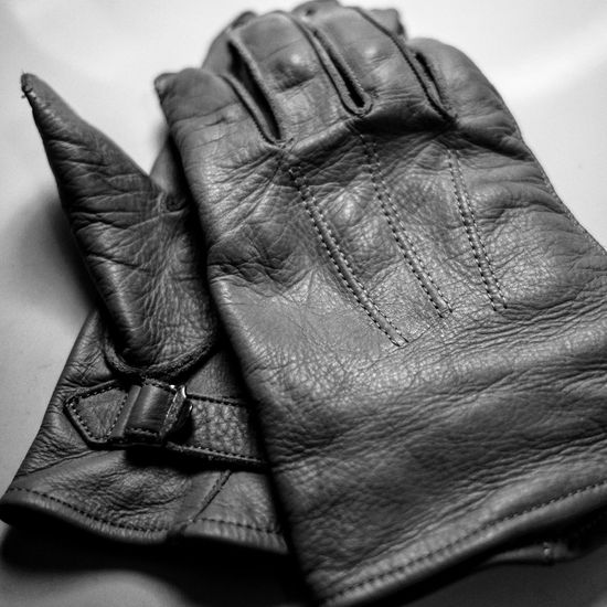 23mm F2 FUJIFILM X-T10 M39 Paragloves Parachute World War 2 Airborne Leather Gloves Black And White Black & White