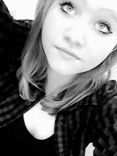 |-... Die Person die dir ein Lächeln ins Gesicht zaubern kann, obwohl es dir Schlecht geht, Solltest du Festhalten wen du Kannst.! ♡ ...-|