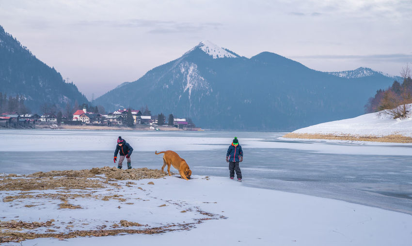 Winter am See Kidsanddogs Kidsplaying Dogplaying Icedlake Frozenlake Frozenlandscape Bavarian Landscape Winter Lake View Boys Playing TwoBoys Boysanddogs Playingonice Walchensee Herzogstand Mountain Snow Cold Temperature Winter Full Length Warm Clothing Dog Adventure Snowcapped Mountain Frozen Polar Climate Winter Sport Arctic