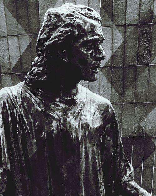 Statuesque artist sculptures