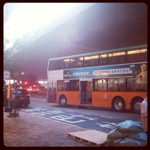 18X投入服務後18號新總站遷至香港商業中心干諾道西。雖則該處交通疏落但是否容許車長可以將巴士泊於巴士站外?18 18X 香港商業中心