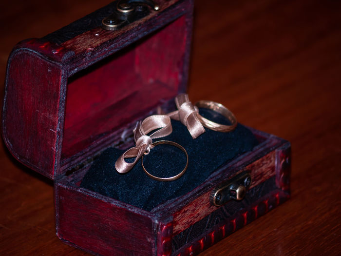 Ring Wedding Wedding Ceremony Jewelry Wedding Ring Rings Married Nuptial Decoration Ceremony Lifestyles Marriage  Jewels Vintage Vintage Style Gold GOLD RING Gift Antique Indoors  No People Wood - Material Box Old Retro Styled Book Still Life Jewelry Box Suitcase Leather Box - Container Table Publication Close-up Bag Focus On Foreground Luggage Personal Accessory
