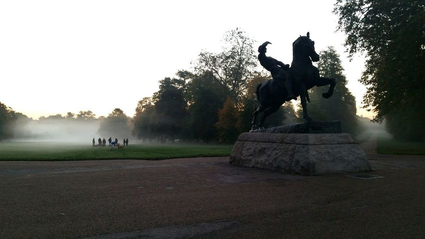 Early morning dog meating in kennsingtongardens Beautiful Morning Kennsingtongardens London Hidepark Traveling Journey Dogslife