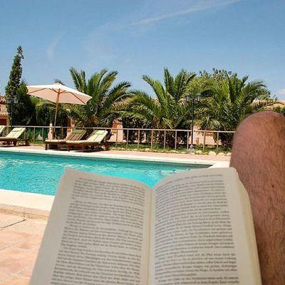 Lesen in der Sonne am Pool der Finca Son Estrany in Llucmajor auf Mallorca ... ah was kann das Leben schön sein.