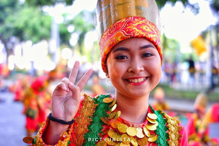 """Kalinaw"" A portrait of a student during the Kadayawan sa Davao Festival, She is participating the Indak-Indak sa Kadalanan event and celebration. Fujifilm XT100 7artisans Composition Hobbyistphotographer Randomphotos Landscapephotography Lensculture Ndfiltered Streetphotographyworldwide Philippines Fuji Photographer Newbie Street_focus_on Streetphotography Streets_storytelling Streetsleaks Streetclassics Streetphotographycommunit DavaoCity EyeEm Selects City Portrait Beautiful Woman Smiling Happiness Cheerful Headshot Young Women Red Looking At Camera"