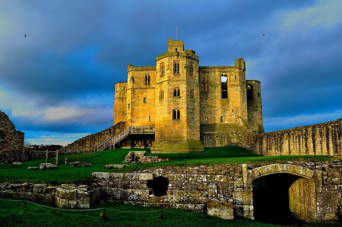 castle of warkworth,england Castle Castles England 🌹 Historical Building Historical Monuments WarkworthCastle England English Heritage History History Architecture Old Ruin