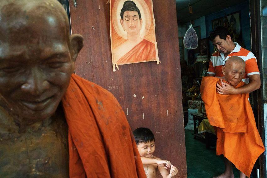 43 Golden Moments Streetphotography Streetphoto_color Streetphotographer Photooftheday EyeEm Best Shots Bangkok Bangkok Thailand. Buddha Buddhism Monk  Orange Orange Color Thailand Street Photography Streetphoto Check This Out Enjoying Life