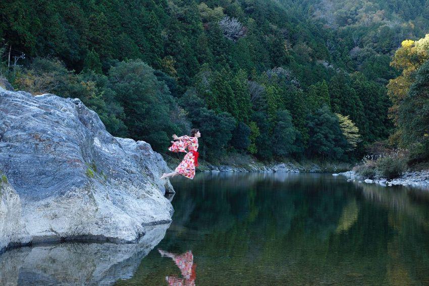川 着物 解放 飛ぶ 女 脱力 写真 カメラ 岐阜 和 日本 自然 非日常 Girl Japan Photo Camera Earth First Eyeem Photo EyeEm Gallery EyeEm Best Shots ポートレート Portrait 和