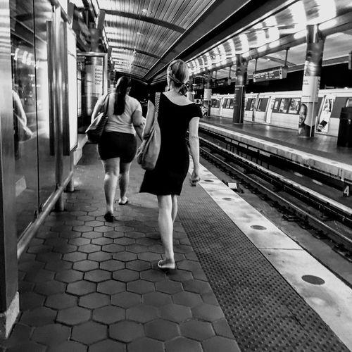 Subway Night Street Metro Station Calle Noche Tren Chica Vestido  Passenger Pasajeros