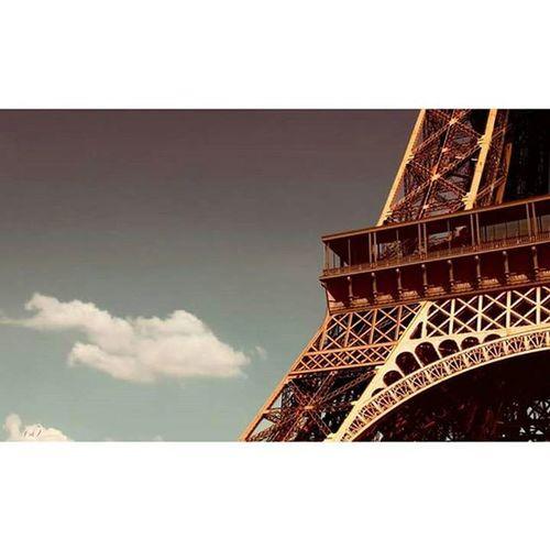 Profil Profile Eiffel Toureiffel Latoureiffel Eiffeltower Sky Ciel Sunset Sunsetparis Coucherdesoleil Cloud Nuage Paris Iloveparis Visit Visitparis Tourisme Foot Feet Pied