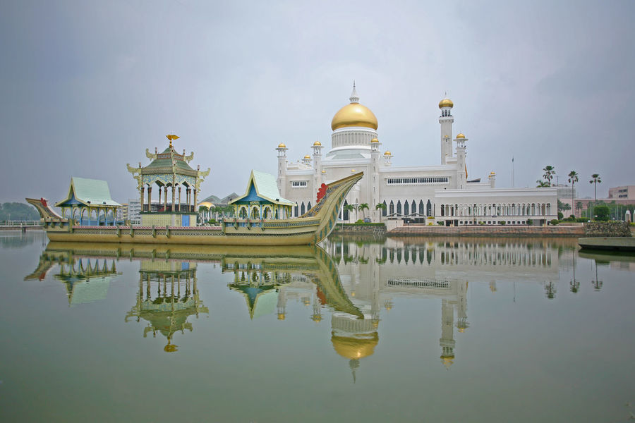 The mesmerizsing Omar Ali Saifuddien Mosque in central Brunei, Borneo Brunei Brunei Darussalam Omar Ali Saifuddien Mosque Architecture Building Exterior Built Structure Day Dome History No People Outdoors Place Of Worship Reflection Religion Sky Spirituality Travel Destinations Water