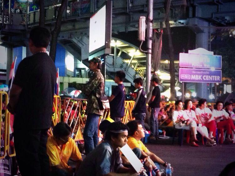 Thaiuprising กปปส Shutdown Bangkok การ์ดหน้าเวทีเยอะกว่าทุกวัน! นักข่าวต่างชาติก็เยอะนะคืนนี้! #Thaiuprising #เวทีปทุมวัน เวทีปทุมวัน