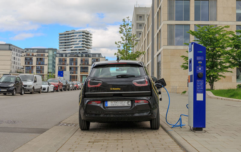 Elektroauto an der Ladesäule im Stuttgarter Zentrum City DieselGate Electric Drive Elektromobilität Fahrverbot Ladesäule Stromtankstelle Stuttgart Verkehrswende Car City Co2 Co2neutral EAuto Elektroauto Emobility Feinstaub Feinstaubalarm Laden Ladestation Motor Vehicle Office Building Exterior Road Street Transportation