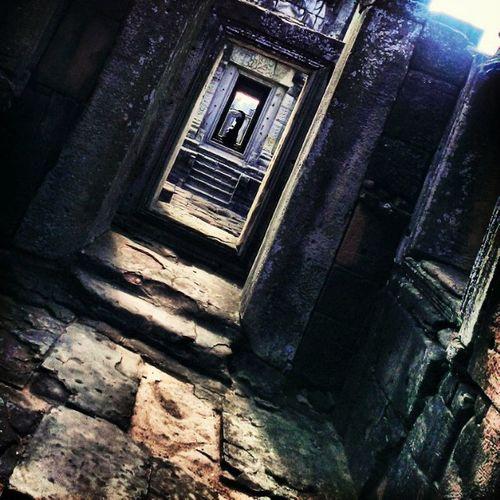 """""""ความศรัทธา และแสงสว่างนำไปสู่ทางออก"""" ,ปราสาทหินพิมาย,นครราชสีมา Seemorethailand Lovelumia Historicalpark Stone Bestoftheday Igoftheday Thailand"""