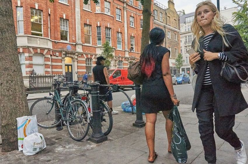 Building Exterior Casual Clothing City Life London Calling Candidshot London Streets Streetphoto Urban Life London London London!!! LONDON❤ Londonstreets Candid PhotographyCity Street Streetphotography Street Photo Fitzrovialitter Fitzrovia Young Women Urban Girl Street Photography Diminishing Perspective Streetlife Low Angle View Outdoors