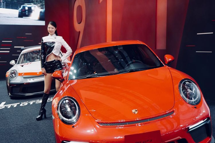 Omake One Woman Only Porsche Gt3 Cup Model Shoot ( 2017 Porsche Carrea Cup Japan image Lady ) New Porsche 911 Gt3 One Person Standing Portrait Tokyo Motor Show 2017 東京モーターショー2017 Motor Show Stage Photography / Leica Q Typ116 50mm F/1.7 Full Frame No Flash Photograhpy Digital frame selector. TMS preview day 27, October 2017