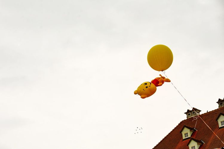 Balloon Baloons Building Exterior Built Structure Capture The Moment Childhood Childhood Memories City Flying Flying High Helium Balloon Low Angle View Mid-air Minimal Minimalobsession No People Outdoors Street Streetphoto Yellow Paint The Town Yellow Plastic Environment - LIMEX IMAGINE