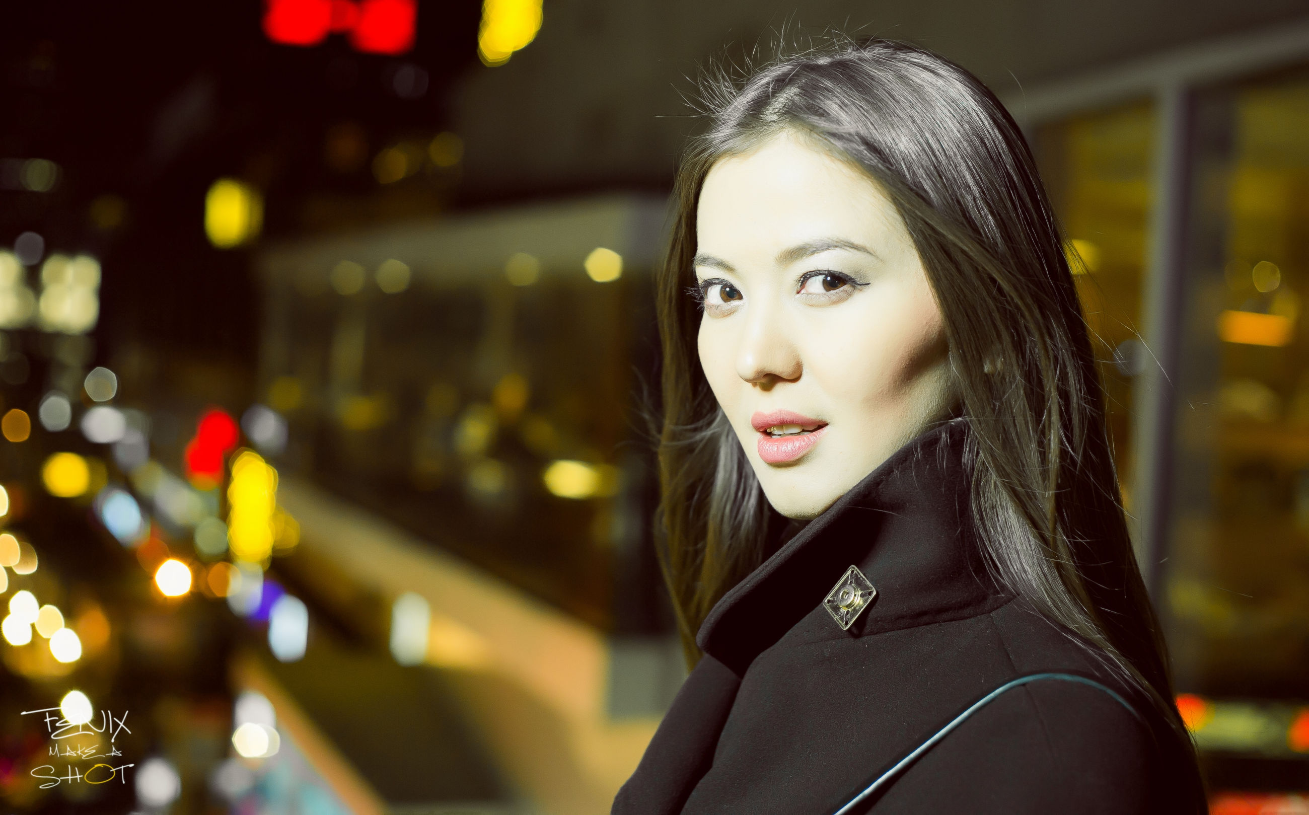 young adult, lifestyles, portrait, looking at camera, person, focus on foreground, young women, front view, casual clothing, leisure activity, headshot, smiling, head and shoulders, illuminated, night, standing