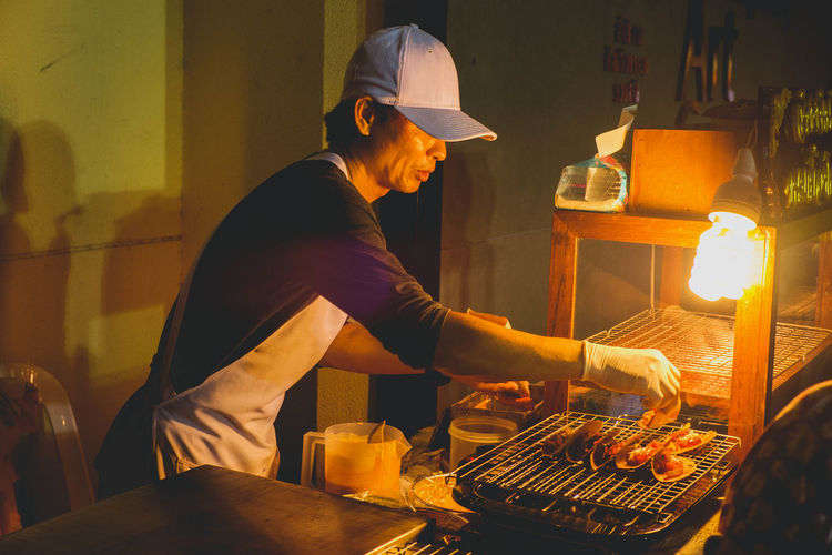 THAI crispy pancake Real People Men Food Business Food And Drink Chef Three Quarter Length Preparing Food One Person Occupation Preparation  Indoors  Restaurant Side View Heat - Temperature Freshness Standing Cap Adult Barbecue