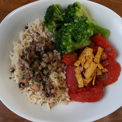 Brown Rice with black eyed peas, stewed tomatoes w/tortilla strips, and broccoli! Veganfoodshare Vegan Eatyourgreens Eatyourcolors VEGANLIFE Vegangirl Vegansofig Veganfoodlovers Veganfoodporn Healthyfoodchoices Fitmom Fitspiration Eatlikeyougiveadamn Whatveganseat Veganfood