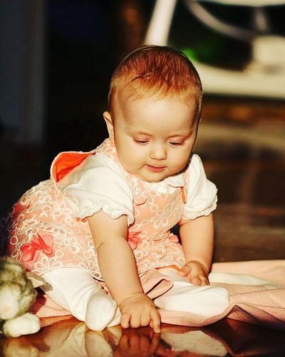 Малышка смотрит