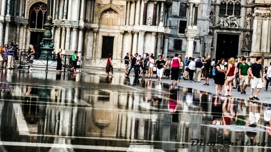 Piazza San Marco Folla Flusso Acqua Acqua Alta Street Photografy Street Photo Street Art Persone Strutture Basilica Basilica Di San Marco Venezia Italia Venice Veneto Paesaggio Paesaggi Fotografia Paessaggistica Dino Cristino