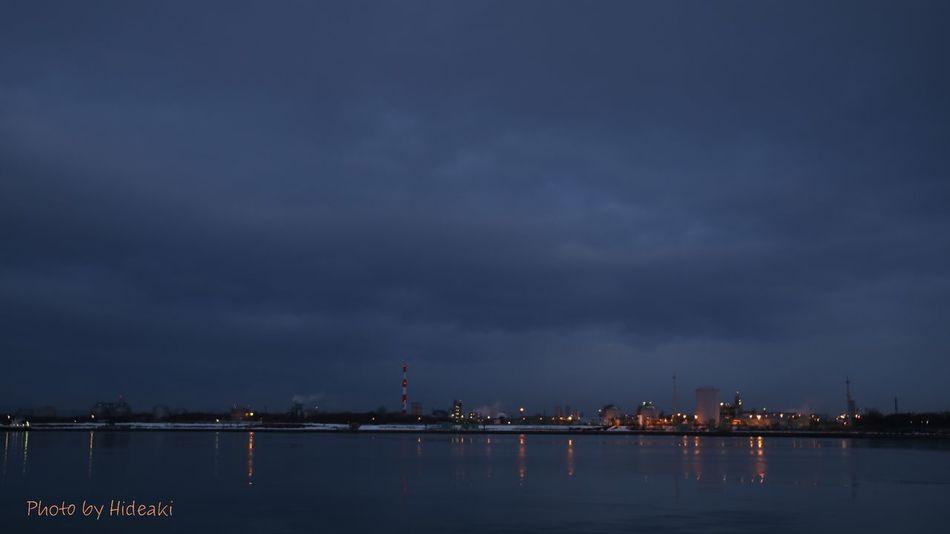 今朝の海 海 夜明け前 空 工場 灯り 写り込み Reflection
