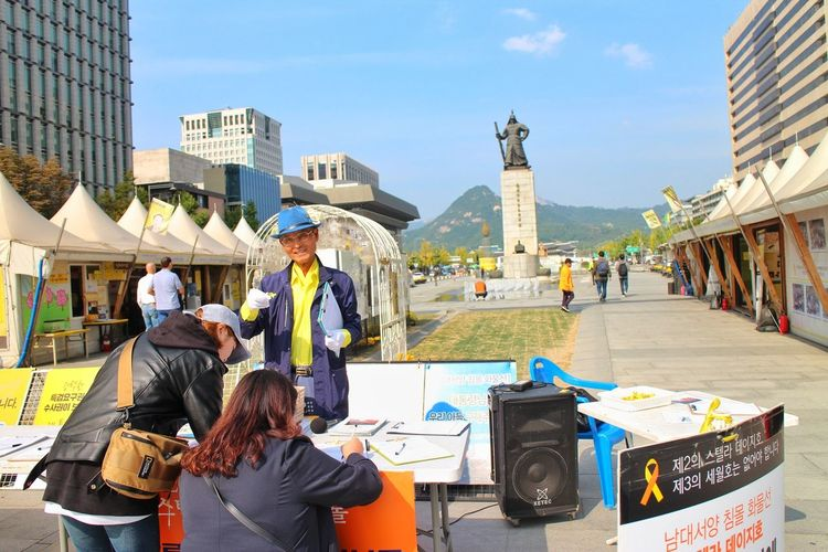 advocacy spotted Adult City People Men Adults Only City Life Arts Culture And Entertainment Architecture Day Outdoors Advocacy Signed Petitions Sewol Ferry Sewol Ferry Petition Gwanghwamun Gwanghwamun Square Seoul South Korea