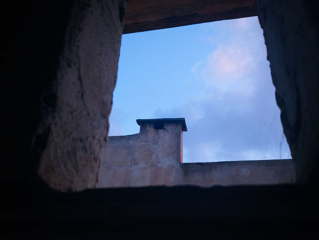 Just Peeping at the Horizon👁 📸 Architecture Built Structure History Building Exterior The Past Wall Sky Nature Building Window Ancient Old Fortified Wall Mobilephotography Shootermag Artful Blue Sky Happy Hour Minimal Minimalistic Low Angle View From Below Spider Web