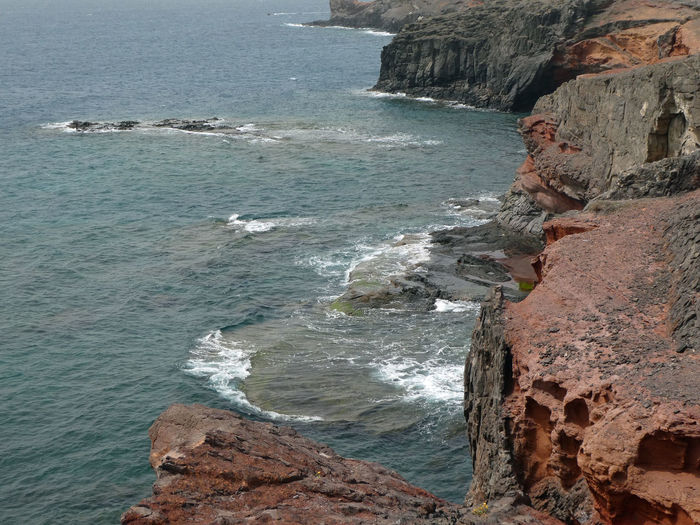 Red Stone Black Stone Lava Stone Vulkanlandschaft Volcanic Landscape Volcanic  Oceanside Lanzarote Island Lanzarote-Canarias Lanzarote Küste Ocean Seascape Water Wave Sea Rock - Object Shore Close-up Rock Rocky Coastline Coast Rock Formation Rugged