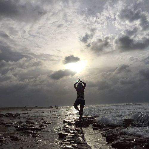 Buscando o equilíbrio... Praia da Malhada - Jericoacoara - CE Jeri Semfiltro Brasilgram Vivadeperto Ceará Jericoacoara Lonelytrip Férias Brasil Thanksgod Clubepixel Instagood Instasize Lightandshadow Brazil Beach Sunset Praiasdobrasil Tranquility Travel