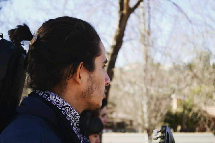 Música caminante. EyeEm Selects A New Beginning City Headshot Tree Beard Side View Men Profile View Sky Close-up