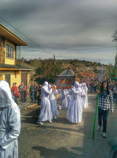 Cofrades con Mortaja en Procesion en Bercianos De Aliste