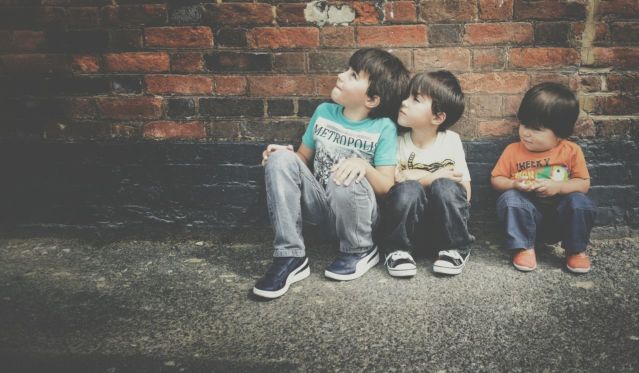 childhood, sitting, full length, casual clothing, boys, girls, child, togetherness, outdoors, friendship, day, real people, people
