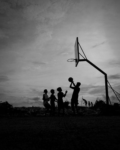 Mismatch Basketball Basketball Match - Sport Togetherness Basketball - Sport Sport Fan - Enthusiast Men Silhouette Sky Protest