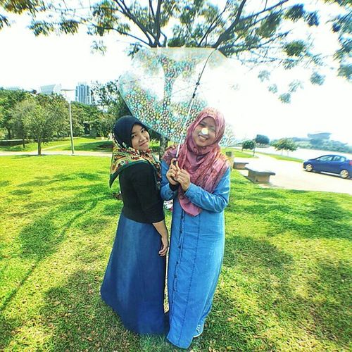 "It's the times we're so crazy, that people think we're high. It's the times we laugh so hard, we can't help but cry. It's all the inside jokes and ""remember whens"". those are all the reasons that we're best friends! - Unknown Peduli apa kalau gambar @farhanaelisa ada sabotaj cahaya dekat hidung sebab fish lens. Janji AnneKifli nampak kurus! ? ? ? Selamat malam! PicnicForESAH"