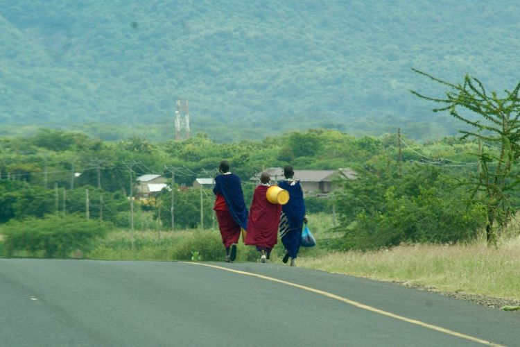 Mujeres masai Tanzania Africa African People Clothes Day Masai Road Togetherness Walking Women Young Women