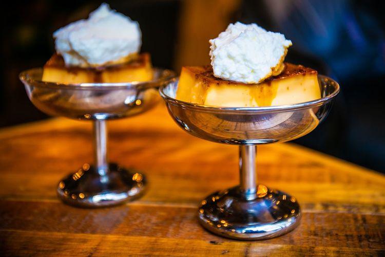 最近盛り上がりを見せる固いプリン。もともと戦後あたりゼラチンが高級だったから熱で固めてた固いプリンが再びブーム。時代は繰り返す固いプリン。ステンレスのアイスクリームカップにいれると一層おいしくみえる。 Table Food And Drink Food Freshness Still Life Close-up Focus On Foreground No People Ready-to-eat Indoors  Selective Focus Wood - Material Sweet Food Serving Size Indulgence Dessert Sweet Unhealthy Eating Temptation Cake