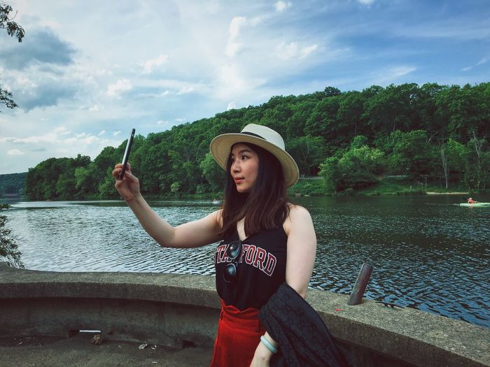 The Portraitist - 2016 EyeEm Awards The Great Outdoors - 2016 EyeEm Awards Water Hat Smile Relaxing Hanging Out Chill Taking Photos The Photojournalist - 2016 EyeEm Awards