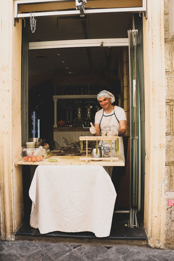Za pizza man 🍕👨‍🍳 Pizza Italianpizza Ancient Architecture Beautiful Discoveritaly Detail Capetownphotographer Canon Travelphotography Photoblogger Traveltheworld Italy❤️ Instatravel Portrait Full Length Looking At Camera Beautiful Woman Cheerful Doorway Smiling Confidence  Happiness Old-fashioned Baker - Occupation Baking Bread Front Door Waitress Wait Staff Dough Oven Food Service Occupation
