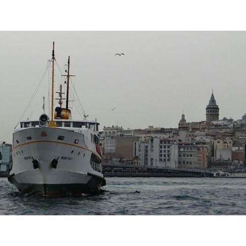 Vapur Ve Martı Esliginde güzel İstanbulunda küçük bir kare Eminönü Galata